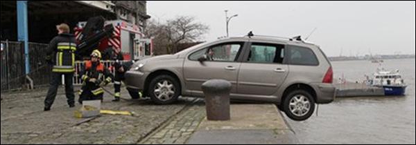 Dronken man Peugeot 307 SW Schelde