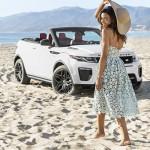 Bondgirl Naomie Harris poseert bij de Range Rover Evoque Convertible