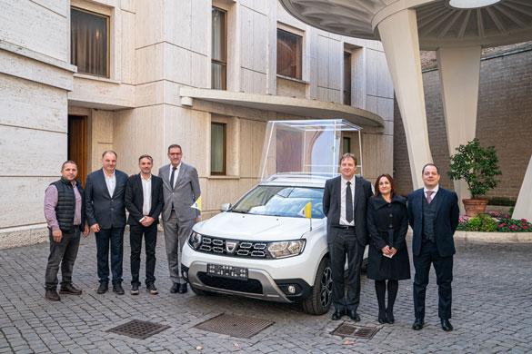 Paus Franciscus krijgt een Dacia Duster