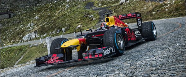 Video: Red Bull Racing RB8 F1 knalt door de Alpen