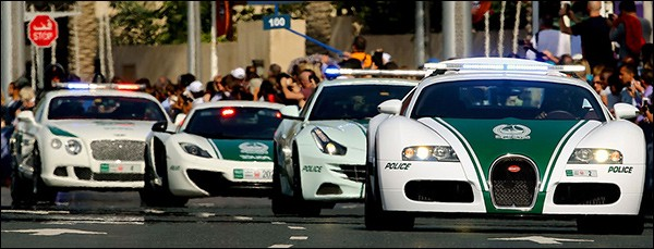 Video: Dubai Police in actie [supercars!]