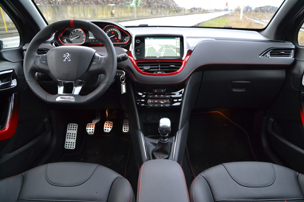 Rijtest peugeot 208 gti for Interieur 208 gti